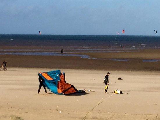 Hunstanton Beach: Kite surfing