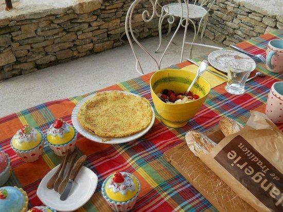 Mas la Vitalis : Petit déjeuner royal sous la tonnelle