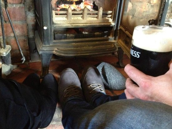 Smugglers Creek Inn : enjoying the fire... and the great stout,before dinner