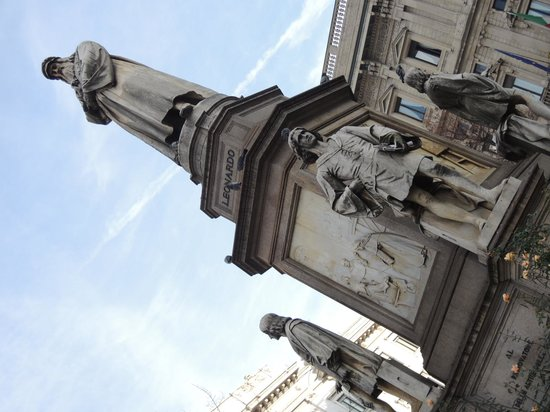 Piazza della Scala: レオナルド・ダ・ヴィンチとその弟子たちの銅像
