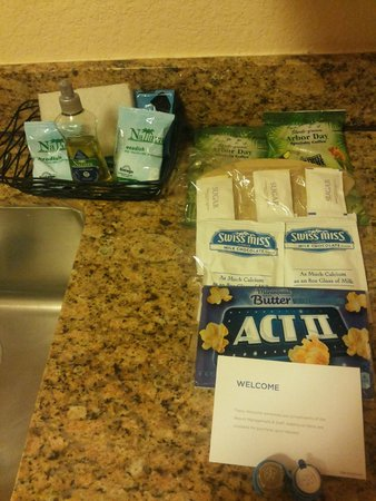 Desert Rose Resort : Complimentary items in the kitchen