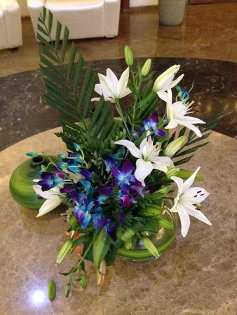 Hotel Central Avenue: Floral arrangement at the lobby