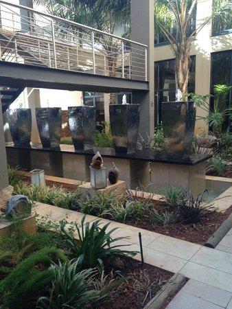 Premier Hotel OR Tambo: Garden Foyer & Fountain
