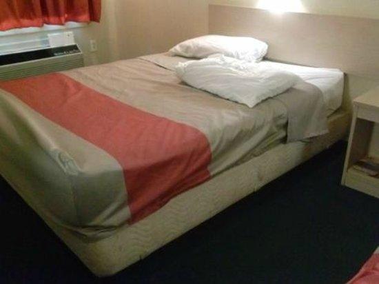 Motel 6 Asheville: Filthy bed