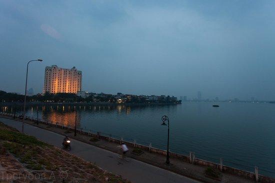 Wild Lotus Hotel: Вид из номера на озеро