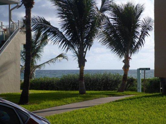 Enchanted Isle Resort: callecita al lado de mi habitacion