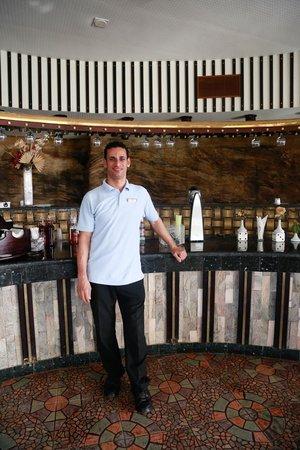Beach Albatros Sharm: еще один улыбчивый бармен