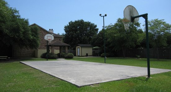 Clarion Inn & Suites Conference Center: Basketball Court