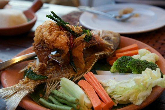 Kirimaya Golf Resort Spa: Fried fish with tamarind and sweet chilly sauces.