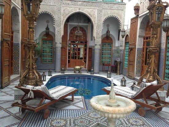 Riad Arabesque: patio interior con piscina