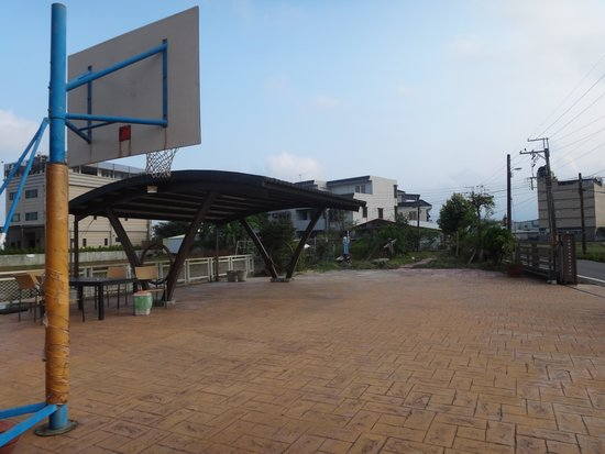 Chaopingjia Homestay: Basketball court and car parking