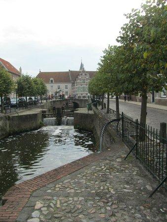 Oude Haven: Kleine Spui recht, Grote Spui links vanaf de Koppelpoort