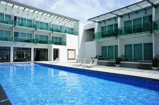KC Beach Club and Pool Villas: 泳池/海灘區