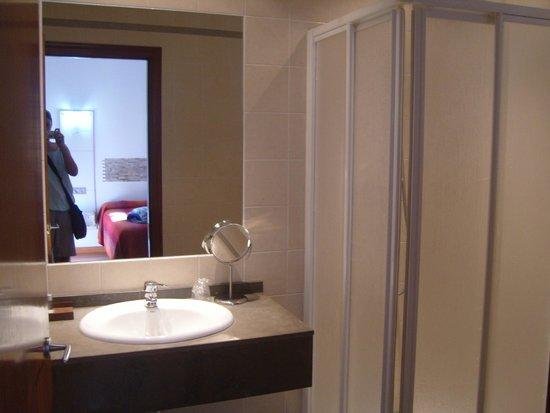 Santa Ana Hostal: single bathroom