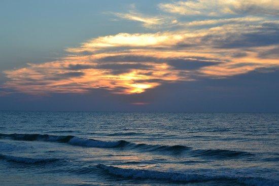 Buccaneer Inn : Sunrise seen from the beach