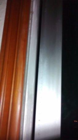 New Road Guest House: la ventana no cierra bien = mosquitos