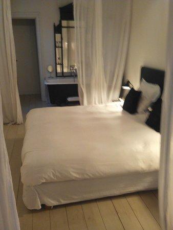 Boulevard Leopold Bed & Breakfast: Cama de película, donde la luz se acciona con una cuerdecita que baja del techo