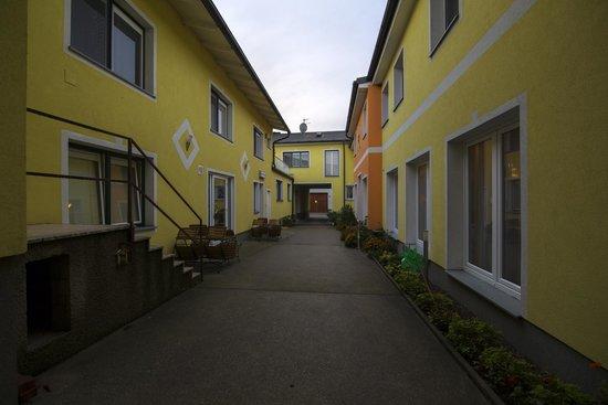 Pellendorf, النمسا: Здание отеля, двор