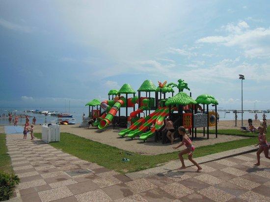 V.T.E. Villaggio Turistico Europa : Strand mit Kinderspielplatz