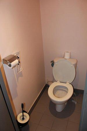 Aux Sacres Reims Centre: Separate Toilet