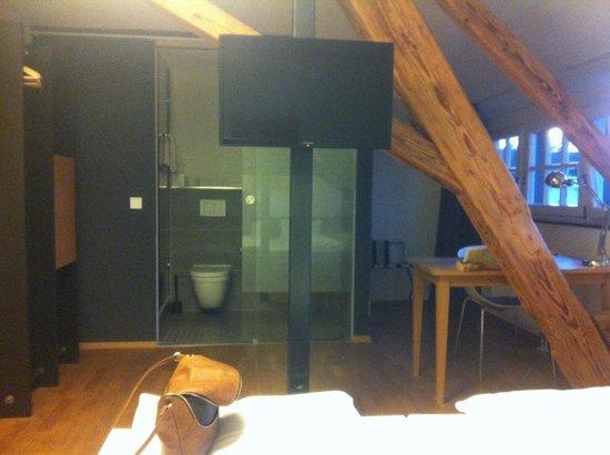OX Hotel: Blick ins Zimmer vom Bett