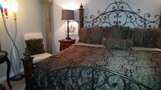 Red Bud Manor: Eureka's Hideaway Room
