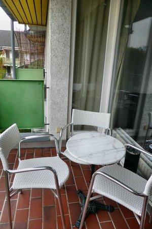 Town Apartments Checkpoint Charlie: Spärliche Möbel auf dem Balkon