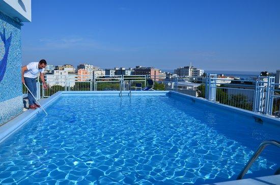 La piscina al sesto piano picture of hotel augustus for Piscina riccione