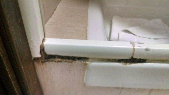 Hotel Center 2: Ferrugem e muito limo no chão do box do banheiro