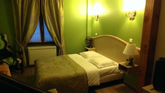 Hotel Restaurant Au Lion : Chambre - Lit