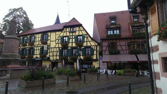 Hotel Restaurant Au Lion : Extérieur - place