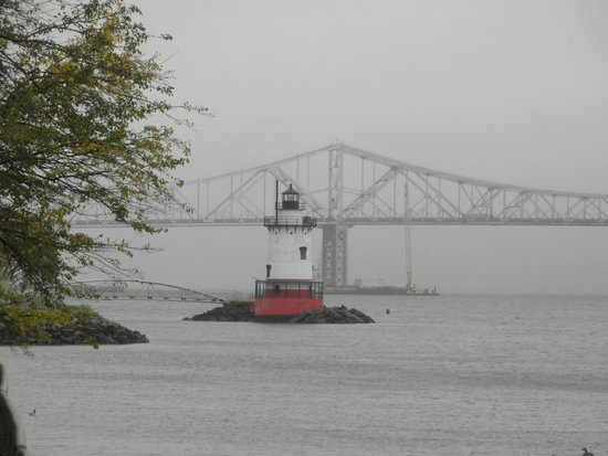 The Tarrytown Lighthouse : View from Kingsland Point Park