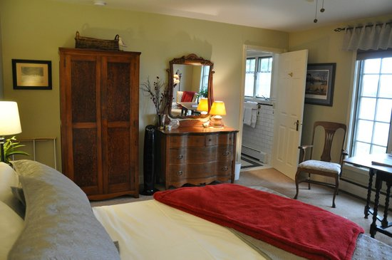 "Green Heron Bed and Breakfast : The ""Sandpiper"" guestroom at the Green HeronB&B"