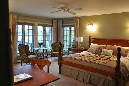 "Green Heron Bed and Breakfast : the ""Loon"" guestroom at the Green Heron B&B"