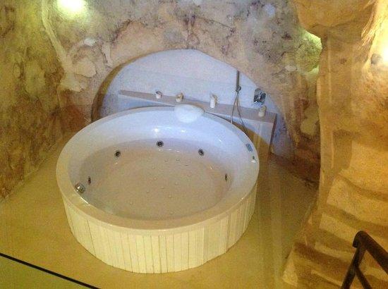 Vasca idromassaggio nella grotta   foto di l'hotel in pietra ...