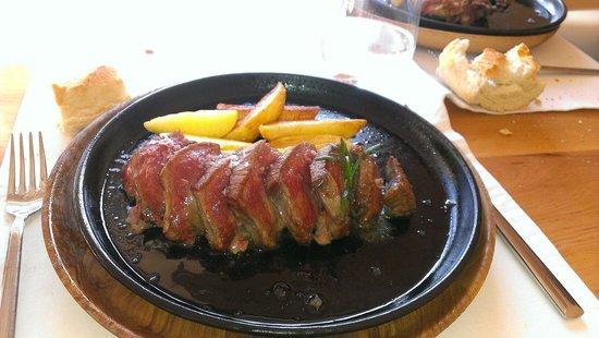 Tierra del Agua Restaurante: Presa ibérica con manzana . Deliciosa