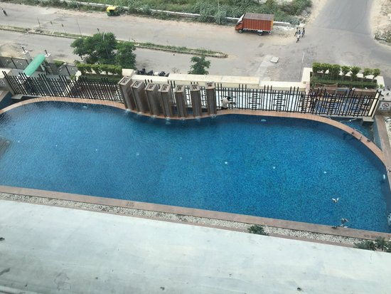 Holiday Inn New Delhi Mayur Vihar Noida: Outdoor pool and 3rd floor