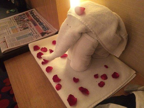 Holiday Inn New Delhi Mayur Vihar Noida: Towel elephant with rose petals - left in my room :)
