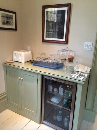 Hayes Inn: Fridge for guests