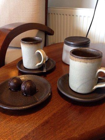 Casadoca Hotel Boutique: Un espresso con chocolate, en el living y con hermosa vista al mar!