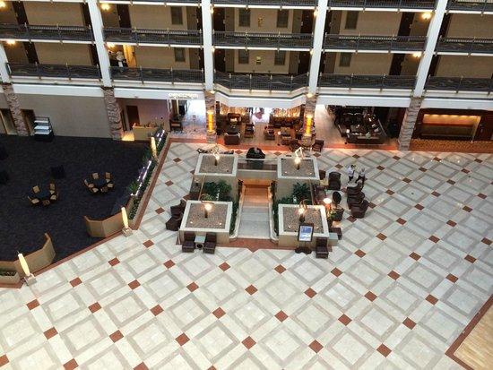 Renaissance Austin Hotel: Atrium view fromhall balcony