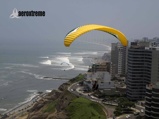 Aeroxtreme Paragliding School: Our student Flying in Miraflores / Parapente Lima
