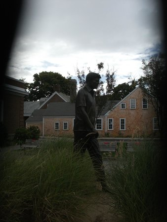 John F Kennedy Hyannis Museum: Statue outside the entrance of the JFK Museum
