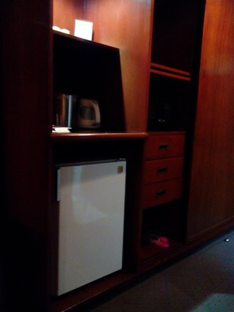 Tiara Oriental Hotel: mini bar and closet
