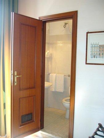 Hotel Primavera : Vista del baño desde la habitación