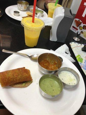 MTR Restaurant: Dhosa and mango lassi