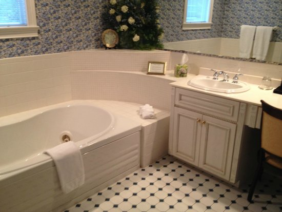 Gathering Place Bed and Breakfast: The incredible jacuzzi bath in the Textile Room