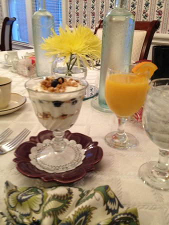 Gathering Place Bed and Breakfast: The yogurt parfait at breakfast...