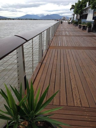 Dundee's Restaurant on the Waterfront: The restaurant has seating on the boardwalk
