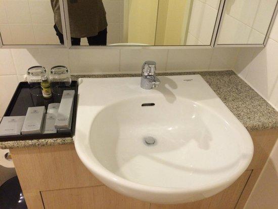 Somerset Chancellor Court: Bathroom Sink